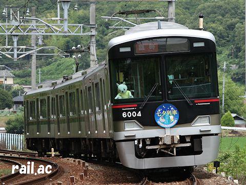 「七夕列車」ヘッドマークを掲出する6004F貸切列車