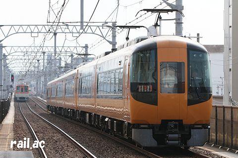 阪神本線を走る近鉄特急車両(22600系)
