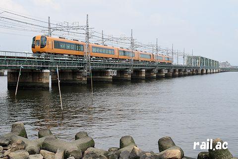 阪神なんば線を走る近鉄特急車両(22600系)