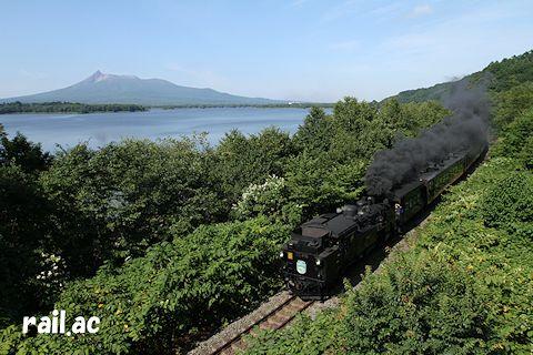 駒ケ岳を見ながら走るSL函館大沼号