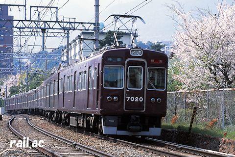 桜満開の御影~岡本Sカーブを行くマルーン1色時代の7020×8R(2001年4月)