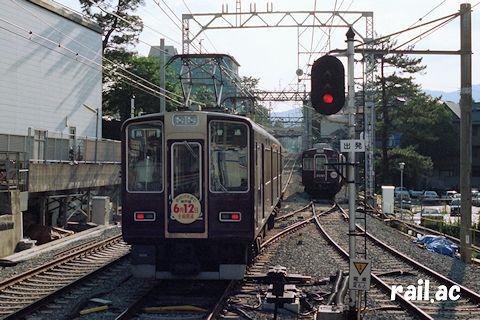 夙川を神戸方面に折り返し出発してゆく8000系