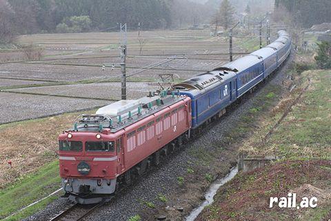 雨の津軽地方を行くローズピンク色EF81牽引日本海