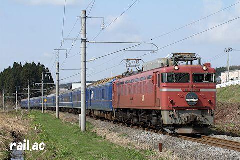 早春の津軽地方を行くローズピンク色EF81牽引日本海