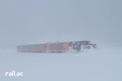 吹雪の中を行く津軽鉄道ストーブ列車