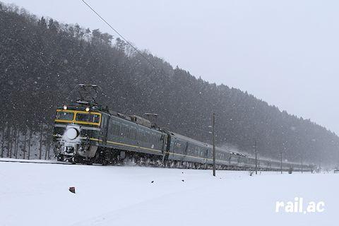雪が舞う北陸路を行くEF81牽引トワイライトエクスプレス大阪行