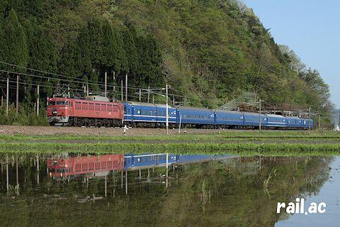 水鏡に映るEF81ローズピンク牽引日本海