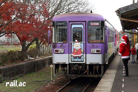 サンタ姿のボランティア駅長さんに見送られる北条鉄道サンタ列車