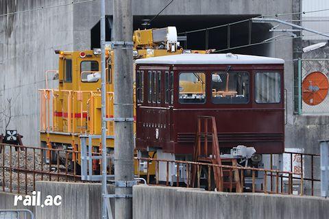 モーターカーに連結されて谷上駅に留置中の入換牽引車