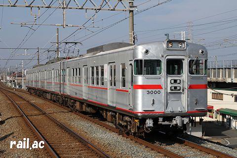 前面の赤帯と車番位置が新造時と同様に復刻された3000F