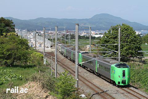 建設中の新幹線・在来線分岐点を行く789系スーパー白鳥