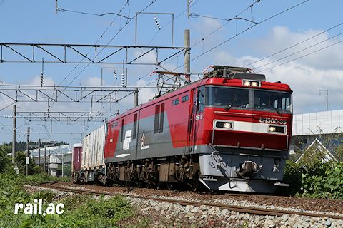 海峡線から分岐した在来線を走るEH500牽引貨物列車