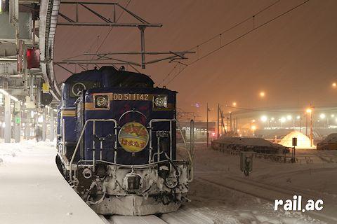 雪の函館駅で出発を待つDD51牽引 はまなす