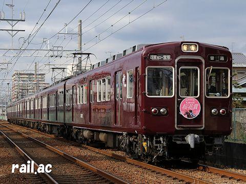 阪神競馬場桜花賞ヘッドマークを掲出して走る3152×6R