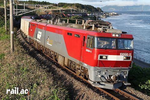 函館山を望む津軽海峡沿いを行くEH500 3次タイプ牽引貨物列車