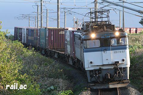 津軽海峡をバックに江差線を行くED79重連貨物列車