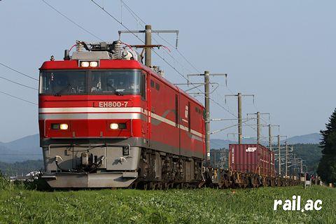 津軽線を行くEH800牽引貨物列車