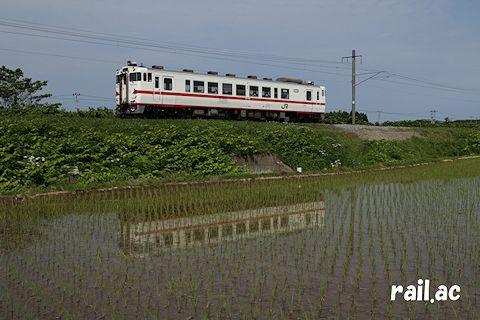 田植えシーズンの津軽線を行く八戸運輸区所属盛岡色キハ40