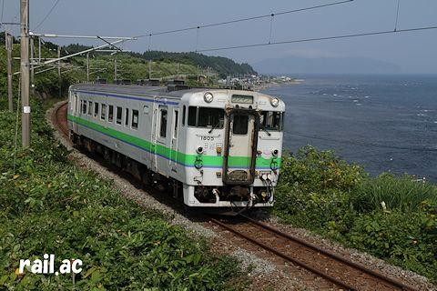 函館山を望む津軽海峡沿いを行くJR北海道キハ40