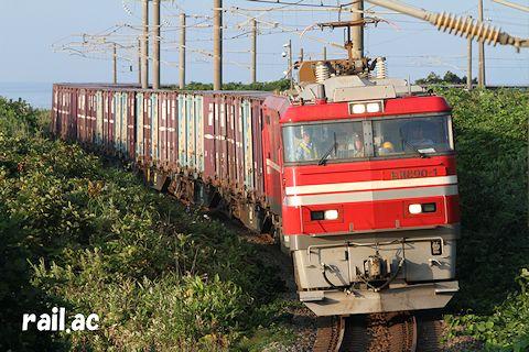 津軽海峡をバックに江差線を行くEH800牽引貨物列車
