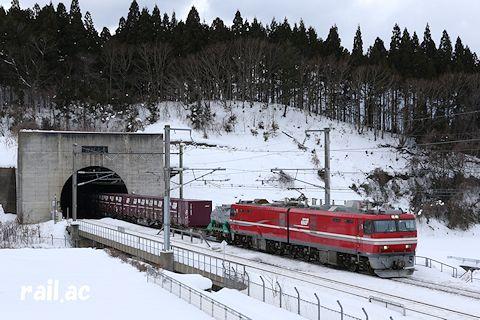 青函トンネルを抜けてきたEH800牽引貨物列車