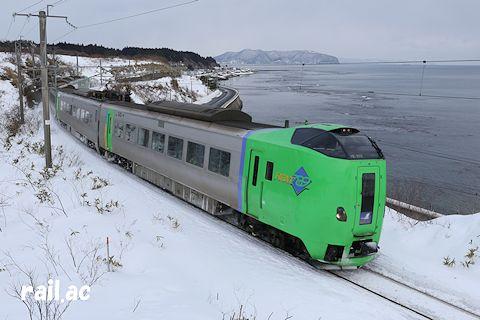 函館山を望む冬の津軽海峡沿いを行く789系スーパー白鳥