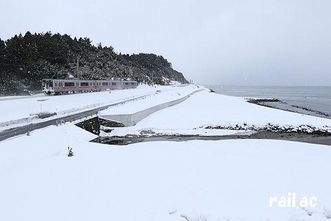 陸奥湾沿いを行くJR東日本701系