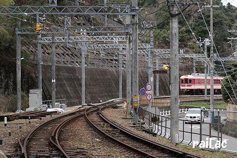 藍那駅ホームから見る回送列車停車中の折り返し線