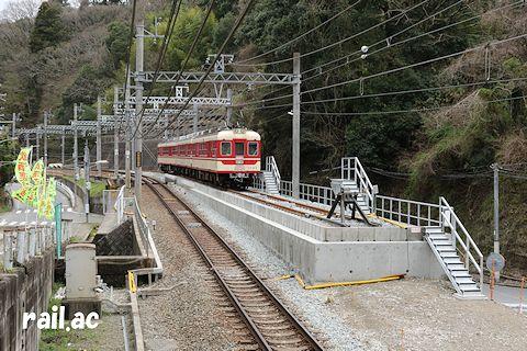 回送列車が停車中の神鉄藍那駅折り返し線