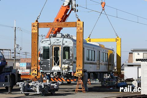 神戸電鉄6506F クレーン吊上げによる搬入作業の様子