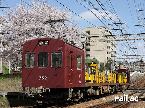 満開の桜に見送られて出発する神戸電鉄デヤ750形